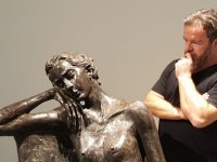 Një vit pa Arben Bajon/ Edhe dy ditë do dal nga spitali, rrëfimi prekës i bashkëshortes së skulptorit që humbi jetën nga Covid-19